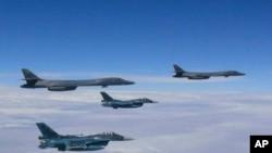 8일 미국의 장거리 전략폭격기 B-1B 2대(위)와 일본 전투기 2대가 일본 남부 상공을 비행하는 사진을 일본 방위성이 공개했다.