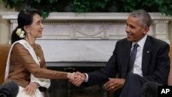 바락 오바마(오른쪽) 미국 대통령과 아웅산 수치 미얀마 국가자문역 겸 외무장관이 14일 백악관 회동 후 악수하고 있다.