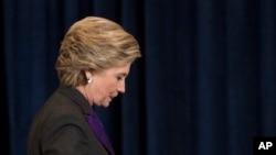 Bà Hillary Clinton bước khỏi sân khấu sau bài phát biểu chấp nhận thất cử ở New York, ngày 9 tháng 11, 2016.