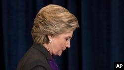 La candidate démocrate à la présidentielle Hillary Clinton en train de quitter l'estrade après avoir concédé à Donald Trump la victoire à New York, le 9 novembre 2016.