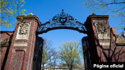 University leaders at Harvard are trying to make exclusive Final Clubs less attractive to students.