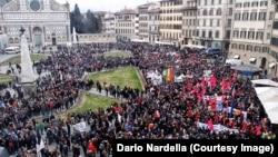 Une marche antiraciste en mémoire d'Idy Diene, un vendeur ambulant sénégalais de 54 ans tué par balles à Florence, Italie, 10 mars 2018. (Twitter/ Dario Nardella)