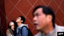Gradjani posmatraju požar u Šangaju