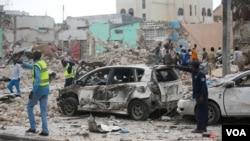 Tentara pemerintah Somalia mengamankan tempat kejadian ledakan di depan hotel Dayah di ibukota Somalia Mogadishu, 25 Januari 2017. (REUTERS / Feisal Omar).