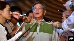 Tỉnh trưởng Okinawa Takeshi Onaga (giữa) trao đổi với giới truyền thông sau cuộc gặp Thủ tướng Nhật Bản Shinzo Abe tại văn phòng của ông Abe ở Tokyo.