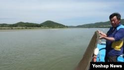 북한이 지난 16∼17일 통보 없이 두 차례 황강댐을 방류해 임진강 수위가 갑자기 높아지면서 남쪽 한국 어민들이 피해를 입었다. 18일 한 어부가 망가진 어구를 들어 보이고 있다.