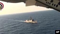 Recherches menées par l'armée égyptienne au dessus de la mer Méditerranée pour localiser les débris du vol EgyptAir 804, 19 mai 2016. (AP Photo/Egyptian Defense Ministry)