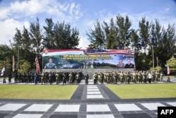 Foto bersama tentara Indonesia dan AS di markas TNI Mulawarman di Balikpapan, Kalimantan Timur, menjelang dimulainya latihan bersama terbesar, 4 Agustus 2021 (Foto: TNI AD via AFP)