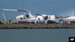 소방대가 6일 샌프란시스코 공항서 착륙 중 활주로에 충돌한 아시아나 항공기의 불을 끄고 있다.