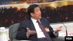 2012年3月9日,薄熙来在北京参加人大会议期间举行记者会,为自己和家人辩护。(美国之音张楠拍摄)