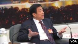 薄熙来垮台前在北京两会期间面对媒体为自己和家人辩护(美国之音张楠拍摄)