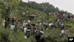 Chiếc xe khách trượt khỏi đường lộ ngày ở quận Chamba, bang Himachal Pradesh, rơi xuống hẻm núi sâu hơn 75 mét, ngày 11/8/2012