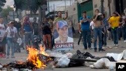 Ủng hộ viên của ông Capriles đập nồi niêu và đốt các bao rác trong cuộc tuần hành qua các đường phố của Caracas đòi phải kiểm phiếu bầu cử lại.