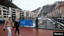 """Ljudi šetaju u ski-centru """"Krasnaja Poljana"""" blizu Sočija, 26. januara 20134."""