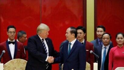 Tổng thống Mỹ Donald Trump và Chủ tịch nước Việt Nam Trần Đại Quang tại buổi quốc yến ở Trung tâm Hội nghị Quốc tế, Hà Nội, tối 11/11/17.