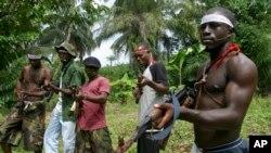 Des militants patrouillent à Okorota, près de Port Harcourt, Nigeria, le 25 juin 2004.