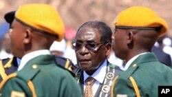 Le procureur général du Zimbabwe a été inculpé pour avoir abandonné les poursuites contre deux hommes qui prévoyaient un attentat contre un bien appartenant au président Mugabe (photo).