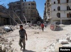 叙利亚人走过炮击造成的废墟