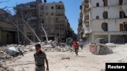 人们走在叙利亚政府军轰炸后的废墟上