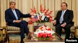 El secretario de Estado, John Kerry (izquierda) conversa con el primen ministro de Paquistán, Nawaz Sharif en Islamabad.