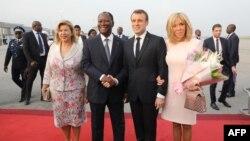 Les présidents Alassane Ouattara et Emmanuel Macron à laéroport international Felix Houphouet Boigny, le 20 décembre 2019.