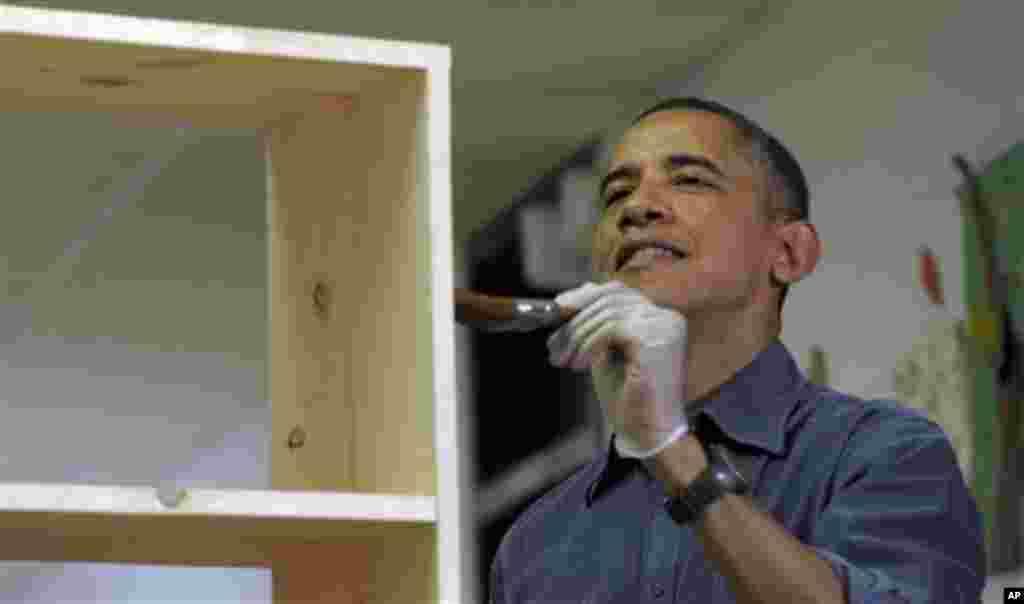 باراک اوباما، رئیس جمهوری آمریکا و خانواده اش در برنامه خدمت به جامعه شرکت کردند. این تصویر اوباما را در حال رنگ کردن یک قفسه کتاب در دبستان بارویل در واشنگتن نشان می دهد. پروژه روز ملی خدمت، بخشی از برنامه های مراسم پنجاه و هفتمین تحلیف ریاست جمهوری در آمریکا است.