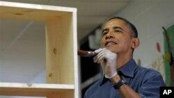 봉사의 날 한 초등학교룰 찾아 책장의 얼룩을 지우는 오바마 대통령