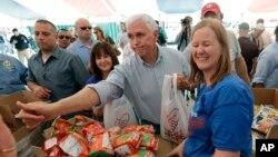 31일 텍사스주 빅토리아 허리케인 '하비' 피해 현장을 방문한 마이크 펜스(가운데) 부통령이 자원봉사자들과 농담을 주고받고 있다.