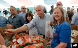معاون رئیس جمهوری آمریکا در مناطق سیل زده حاضر شد و به مردم کمک کرد.