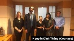 Bùi Thị Kim Phượng (giữa), vợ của tù nhân Nguyễn Bắc Truyển, chụp hình cùng các thành viên của phái đoàn thuộc Ủy ban Hoa Kỳ về Tự do Tôn giáo Quốc tế, tháng 9 năm 2019, Việt Nam.