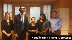 Bùi Thị Kim Phượng (giữa), vợ của tù nhân Nguyễn Bắc Truyển, chụp hình cùng các thành viên của phái đoàn Ủy ban Hoa Kỳ về Tự do Tôn giáo Quốc tế, tháng 9 năm 2019, Việt Nam.