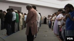 Jemaah muslim di Sterling, Virginia ini, melaksanakan shalat tarawih di sebuah sinagoga.