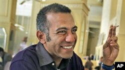 Egyptian blogger and democracy activist Hossam el-Hamalawy (file photo)