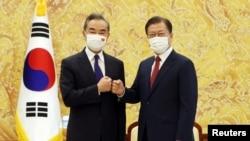 韩国总统文在寅在首尔会晤到访的中国外长王毅。(2021年9月15日)
