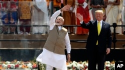 រូបឯកសារ៖ នាយករដ្ឋមន្រ្តីឥណ្ឌាលោក Narendra Modi និងប្រធានាធិបតីអាមេរិកលោក Donald Trump គ្រវីដៃទៅកាន់ហ្វូងមនុស្សនៅក្នុងកីឡដ្ឋាន Sardar Patel ក្នុងក្រុង Ahmedabad ប្រទេសឥណ្ឌា កាលពីថ្ងៃទី២៤ ខែកុម្ភៈ ឆ្នាំ២០២០។