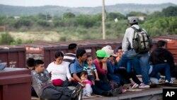 Markaziy amerikalik muhojirlar AQSh-Meksika chegarasiga yetib olish uchun yuk poyezdida ketmoqda, Istepek, Meksika, 12-iyul, 2014-yil.