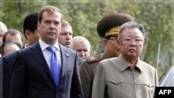 Lãnh tụ Bắc Triều Tiên Kim Jong Il và Tổng thống Nga Dmitry Medvedev gặp nhau tại một căn cứ quân sự ở Siberia, ngày 24/8/2011