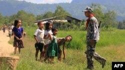 រូបឯកសារ៖ កុមារជនជាតិភាគតិច Myo សម្លឹងមើលយោធាព្រំដែនមីយ៉ាន់ម៉ា នៅក្នុងភូមិ LaungDon ក្នុងរដ្ឋ Rakhine ប្រទេសមីយ៉ាន់ម៉ា កាលពីថ្ងៃទី៩ ខែតុលា ឆ្នាំ២០១៦។