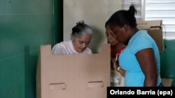 Citizens cast their votes for the general and local elections at a polling station in Santo Domingo, Dominican Republic, May 15, 2016.