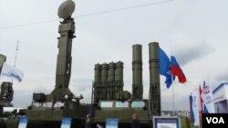 """2013年莫斯科航展上的""""安泰-2500""""防空導彈(美國之音白樺拍攝)"""