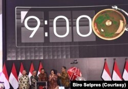 Presiden Jokow Widodo, Menteri Keuangan Sri Mulyani beserta para pemangku kepentingan Bursa Efek Indonesia (BEI) Menekan tombol pembukaan perdagangan saham di hari pertama di 2020 di Main Hall BEI, Jakarta, Kamis, 2 Januari 2020. (Foto: Biro Setpres)