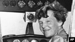 ທ່ານນາງ ອາເມເລຍ ເອຍຮາດ (Amelia Earhart) ອະດີດ ນັກບິນອາເມຣິກັນຄົນທໍາອິດ ທີ່ບິນຂ້າມມະຫາສະໝຸດອັດລັງຕິກ ຜູ້ດຽວ ແລະ ຕໍ່ມາໄດ້ ຫາຍສາບສູນ ໃນປີ 1937.