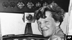 امیلیا ایئر ہارٹ کی طیارے کے کاک پٹ میں لی گئی ایک تصویر
