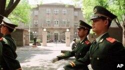 Патруль военной полиции китайской армии у здания посольства США в Пекине (архивное фото)