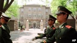 olisi Tiongkok berjaga di depan Kedutaan AS di Beijing (Foto: dok). Kementrian Keamanan Umum Tiongkok telah meringkus Xi Mouwei, warga Tiongkok yang dicurigai memimpin komplotan penculik yang menarget warga Tiongkok di Venezuela, Kamis (14/2).