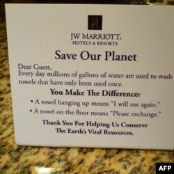 """Khách ở khách sạn sẽ thấy trên bàn cạnh giường ngủ một tấm thiếp với lời kêu gọi 'Hãy cứu Trái Đất của chúng ta"""""""
