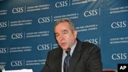 美國國務院東亞事務助理國務卿坎貝爾(圖)對美國是否售台F-16戰機﹐限期逼近﹐口風仍緊。