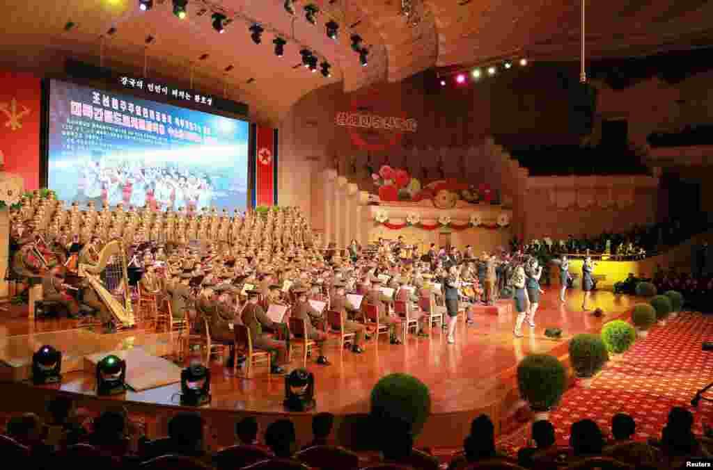 북한이 수소탄시험 성공을 기념하기 위해 마련한 축하연에서 가수와 악단의 공연이 펼쳐졌다.