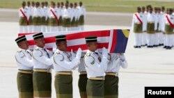 8月22日,馬航MH17航班43名馬來西亞遇難者的首批遺體和骨灰運抵吉隆坡,