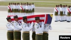 Peti jenazah korban penembakan Malaysia Airlines penerbangan MH17 dibawa dalam upacara di bandara KLIA di Sepang, Malaysia (22/8).